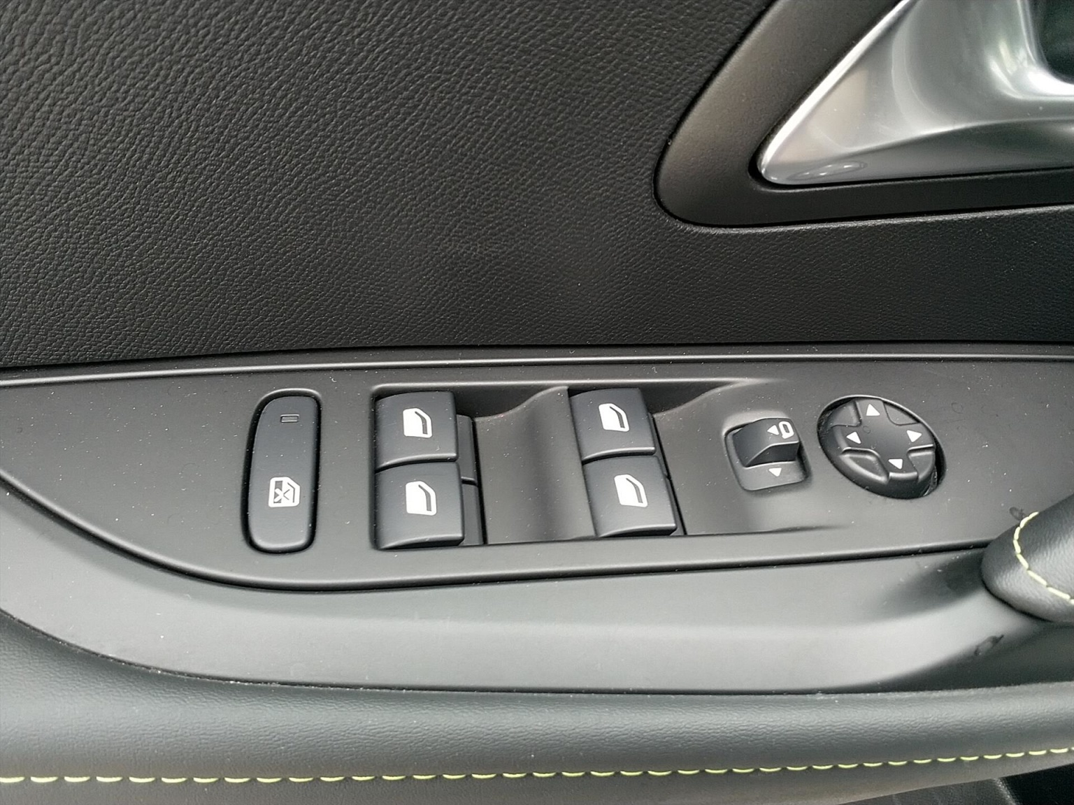 Peugeot-208-7
